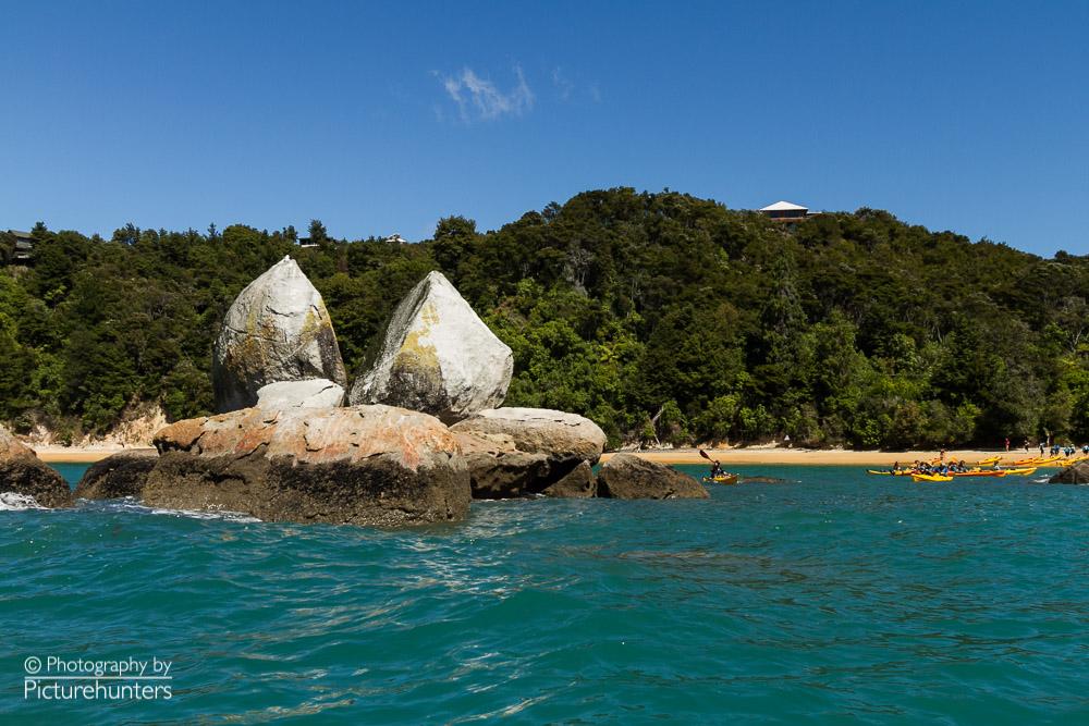 Berühmter Stein im Abel Tasman NP