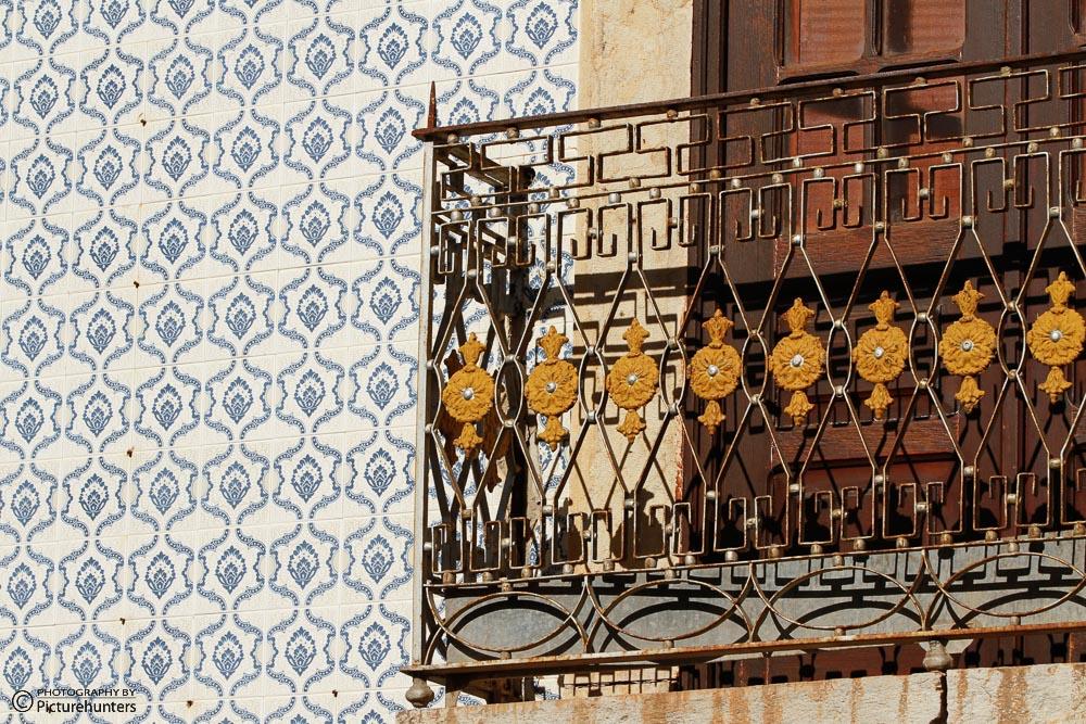 Balkon und blaue Fliesen