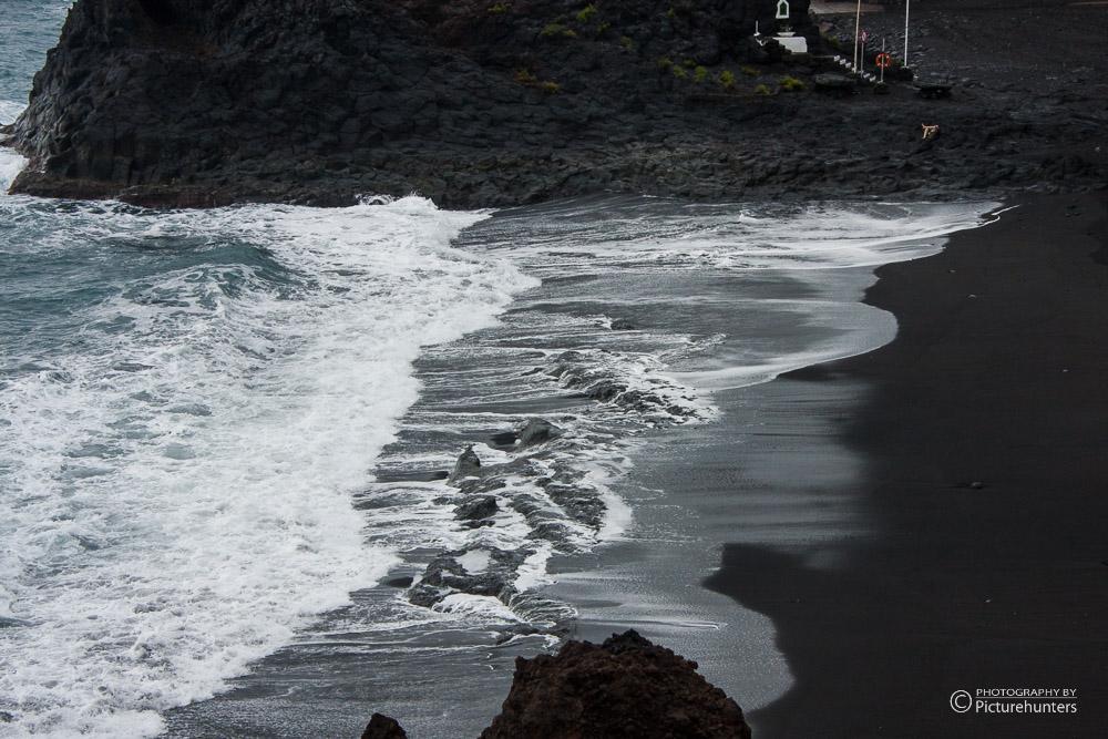 Schwarzer Sand an der Küste