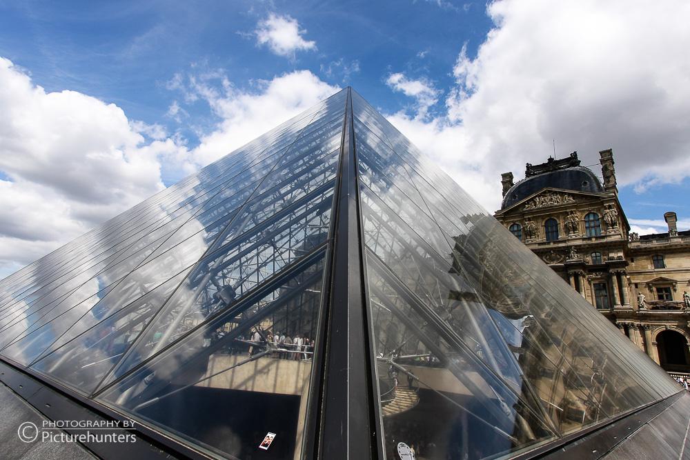 Glaspyramide im Louvre   Paris