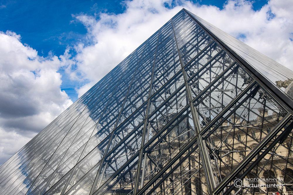 Glaspyramide auf dem Vorplatz vom Louvre