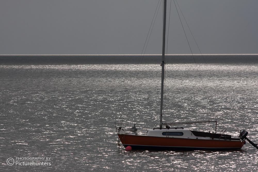 Segelboot im Gegenlicht