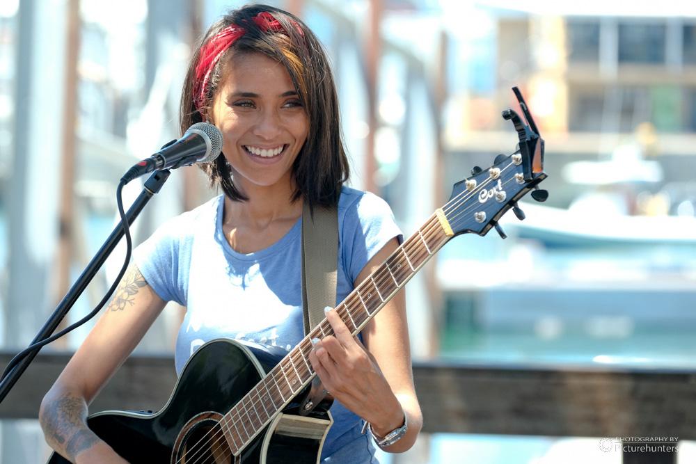 Sängerin an der Waterfront