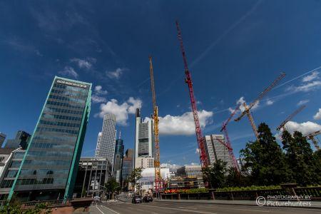 Skyline von Frankfurt mit Baukränen