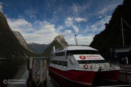 Tourschiff im Milford Sound