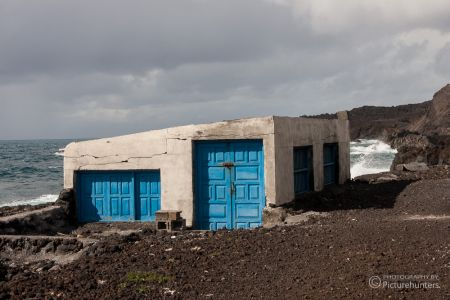 Blaue Türen am Lavastrand