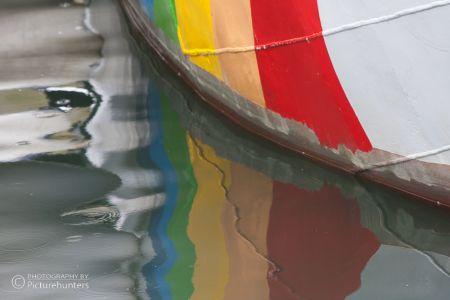 Farbspiegelung im Hafen