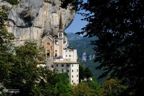 Kirche in der Felswand
